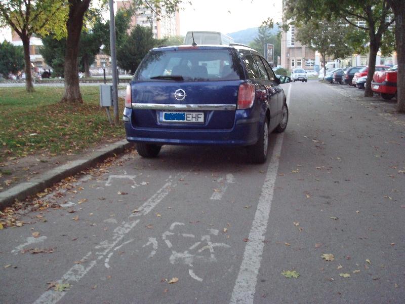 Parcare peste pistele de bicicleta
